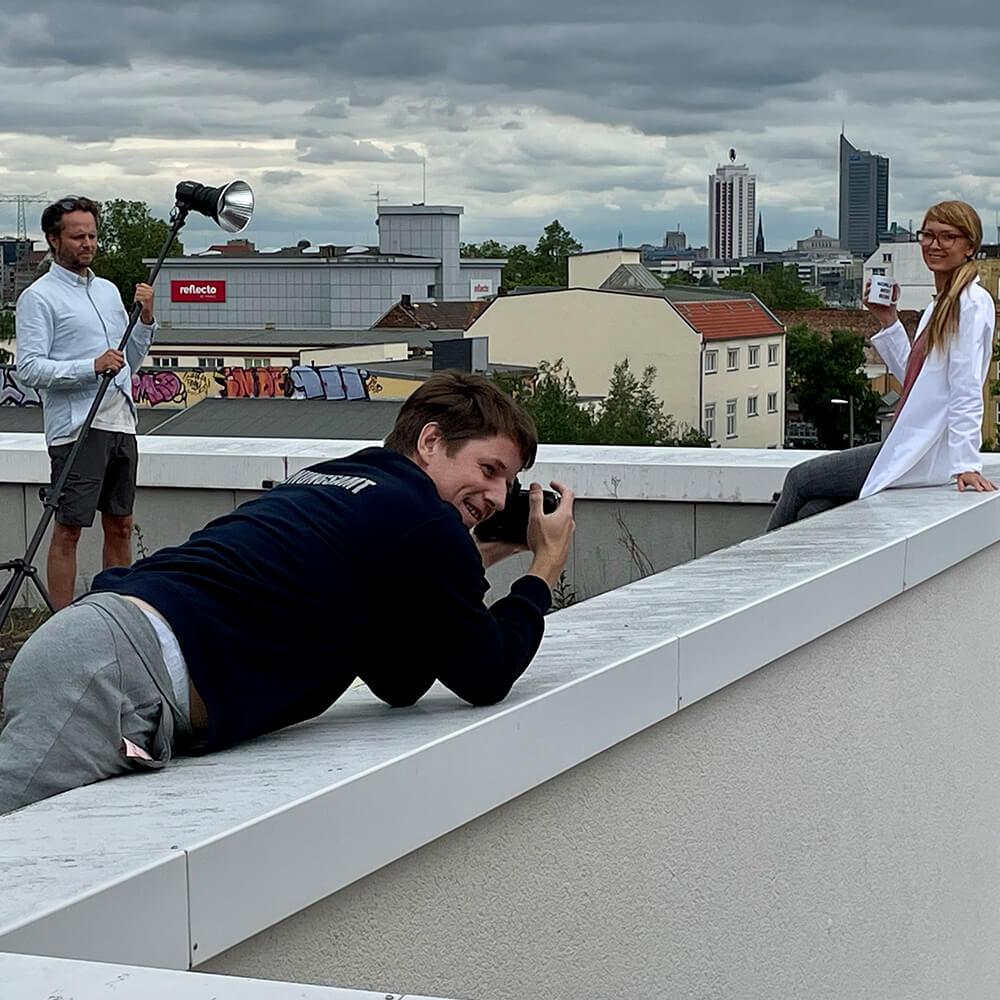 Über den Dächern Leipzigs geben Felix Adler und Crew alles für die neue Website von medicmove.
